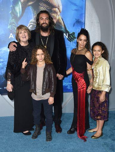Джейсон Момома, его мама, его жена - Лиза Боне, и дети - Лола и Накоа. Источник: usatoday.com