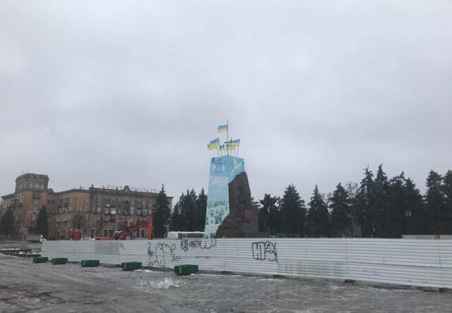 na-ploshhi-zaporizkij-pochali-demontuvati-postament-pam-yatnika-leninu