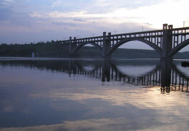 v-zaporozhe-perekroyut-dvizhenie-na-mostu-preobrazhenskogo