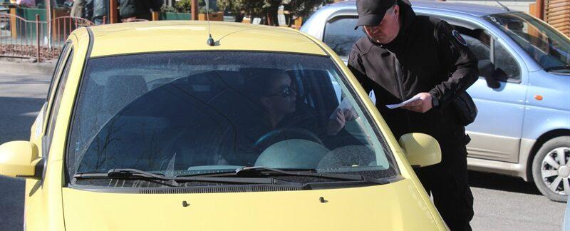 Парковка автомобилей возле остановок мешает работе общественного транспорта в Запорожье