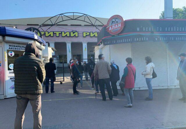 V pervyy den' raboty rynkov v Zaporozh'ye na vkhodakh obrazovalis' ogromnyye ocheredi (VIDEO)