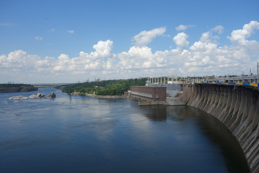 В Запорожье предлагают нанести новую дорожную разметку возле плотины ДнепроГЭС