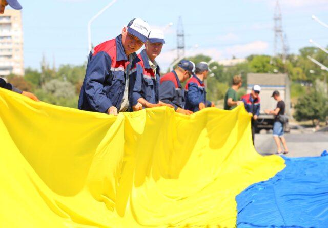 Samyy bol'shoy v oblasti flag Ukrainy vyvesili v Zaporozh'ye na Arochnom mostu