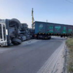 V Zaporozh'ye poyezd vrezalsya v furu, - voditel' ostalsya zhiv