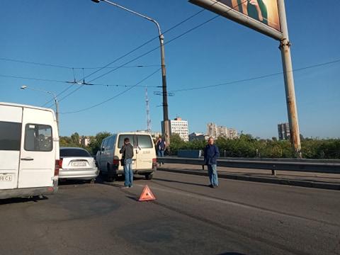 v-zaporozhe-na-dambe-iz-za-avarii-obrazovalas-probka-foto