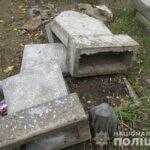 В Запорожской области вандалы повредили памятники на кладбище