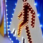 В Запорожской области на трассе устанавливают дорожные знаки с подсветкой