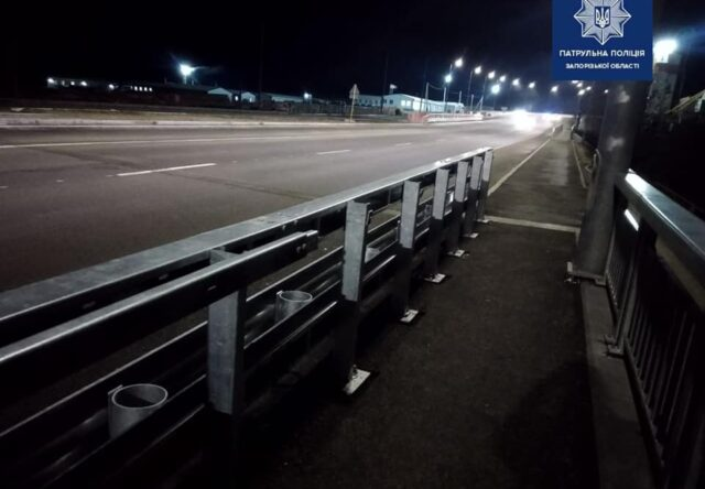 В Запорожье начали разворовывать новый мост, - фото