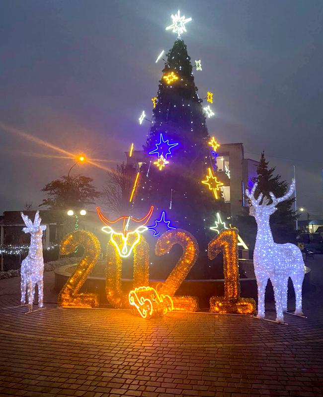 В центре Кирилловки засияли новогодние инсталляции, – фото