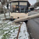 Пассажирский автобус снес электроопору