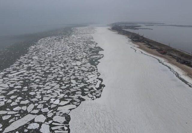 Азовское море покрылось слоем льда, - видео