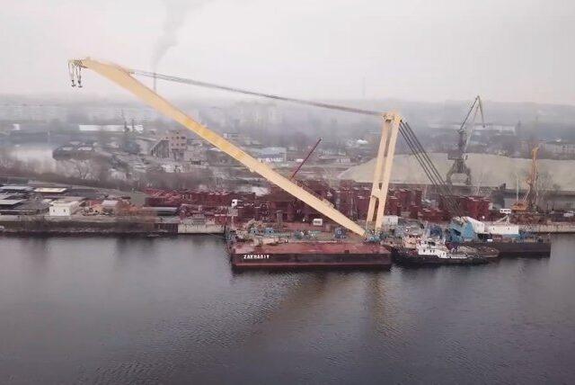 """Плавкран """"Захарий"""" подготовили для строительства вантового моста в Запорожье"""