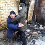 Сотрудник ГСЧС спас ребенка из задымленного дома