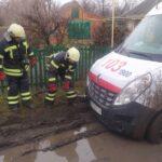 В Запорожской области на грунтовой дороге застрял автомобиль скорой помощи