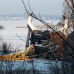 Запорожский фотограф опубликовал снимки разрушенного крана в порту Ленина