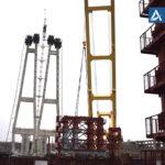 """Плавкран """"Захарий"""" установил конструкцию вантового моста"""