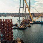 В Запорожье на вантовом мосту устанавливают несущие конструкции