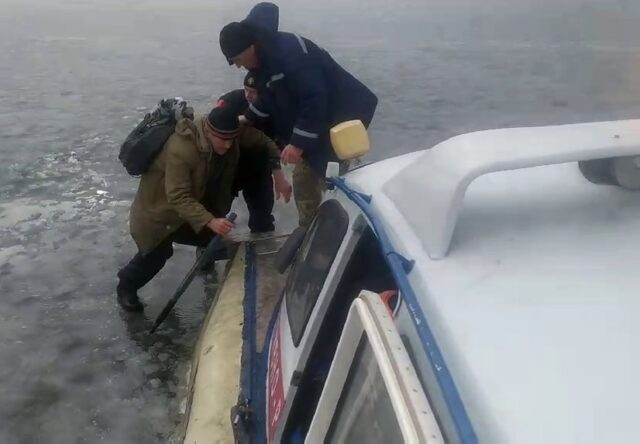На льду в Каховском водохранилище спасли троих рыбаков