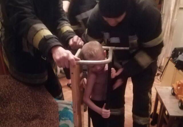 В Запорожье спасатели достали мальчика застрявшего в парте